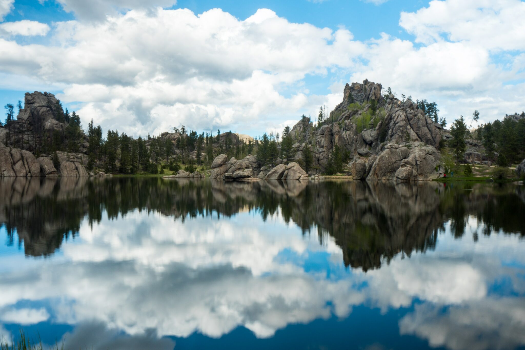 photography-of-body-of-water-near-mountain-at-daytime